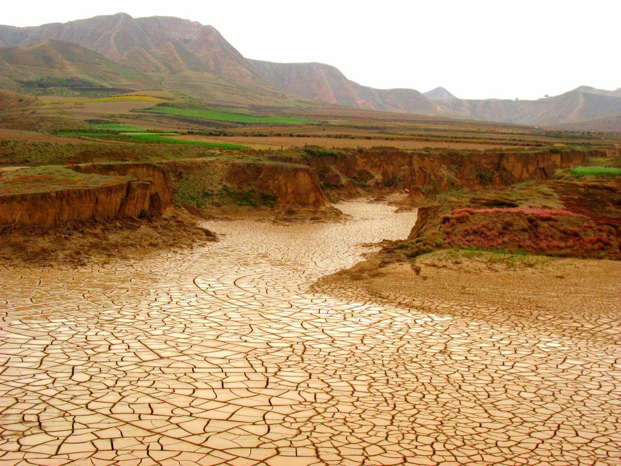 https://songwriterstipjar.files.wordpress.com/2008/10/dry-riverbed.jpg